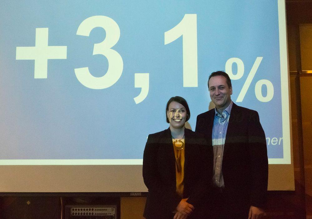 Informasjonssjef Marte Ottemo og direktør Jan Røsholm i Stiftelsen Elektronikkbransjen er godt fornøyd med veksten i bransjen, som står i sterk kontrast til nabolandene hvor fallet er betydlig.