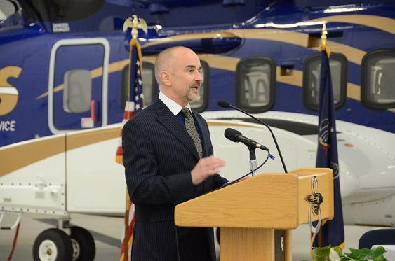 Administrerende direktør Bjørn Veum Seljevold takker Sikorsky-ansatte for vel utført jobb med det nye helikopteret.