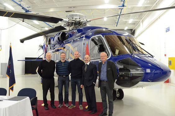 Delegasjonen til Norsk Helikopterservice foran det første Sikorsky S-92-helikopteret som ble levert det nye selskapet ved Sikorsky-fabrikkene i Pennsylvania. Fra venstre: Teknisk direktør Karl Vidar Nekså, S-92 tekniker Torben Skovshus, treningssjef Brian Sandberg,  administrerende direktør Bjørn Veum Seljevold og flygesjef Jon Skogen.