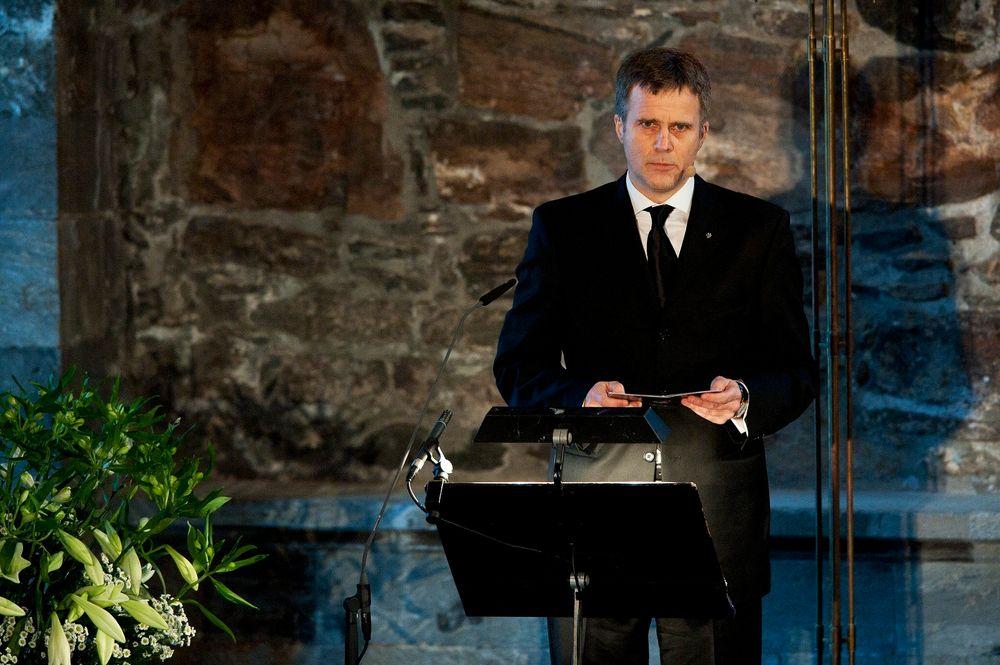 Konsernsjef Helge Lund under Statoils sørgesamlingen i Håkonshallen mandag. Flere hundre pårørende og kolleger var til stede for å minnes de fem drepte etter gisselaksjonen i Algerie.