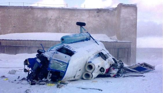 Bilde av helikopteret tatt kort tid etter ulykken skjedde. Legg merke til de fire markerte slagmerkene etter hovedrotoren på hangarveggen.