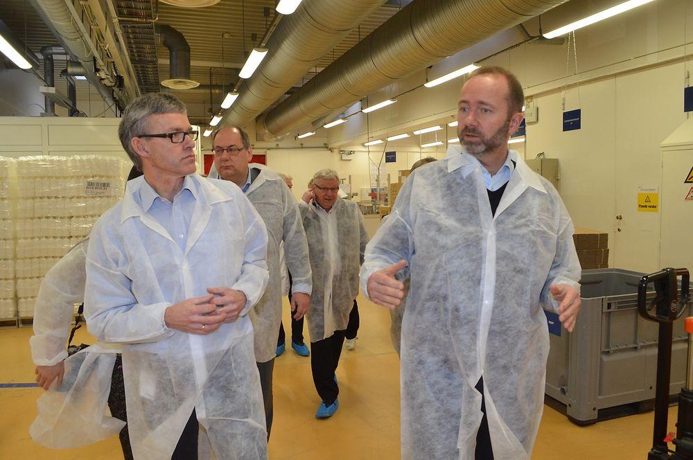 Direktør Morten Brevig og næringsminister Trond Giske på besøk i Nycomed i Elverum. Foto: Rune Hagen