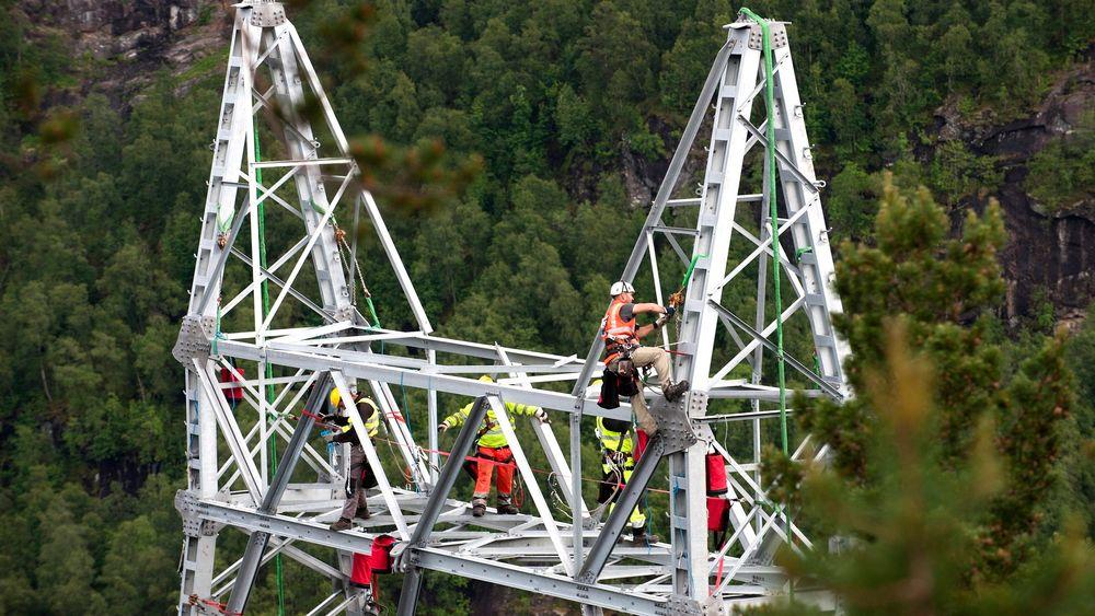 Omdiskuterte: Selskapet Dalekovod bygger mastene gjennom Hardanger.