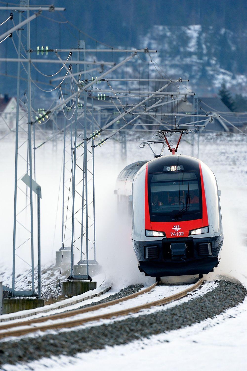 Strømsluker: Flirt-togene  har opptil dobbelt så høyt maksforbruk som sine forgjengere. Det bidrar til at jernbanens strømnett må forsterkes. Foto: JBV