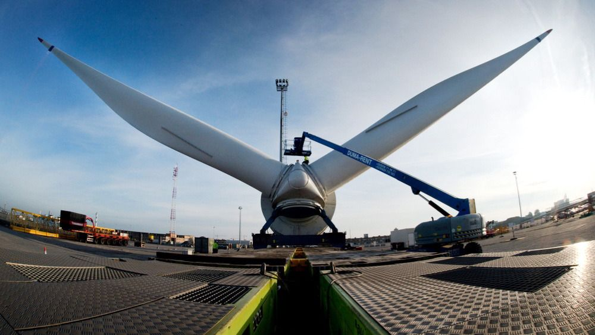 Alstoms Haliade (6 MW) har en rotordiameter på 150 meter, og en totalhøyde på 175 meter når et av rotorbladene står rett til værs. Turbinen er installert på 60 meters dyp rundt 40 kilometer ut fra Belgias lille kyststripe.