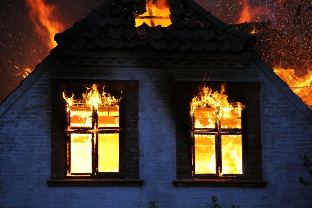 Siden de fleste branner i bolighus starter som ulmebranner anbefaler ekspertene optiske røykvarslere som ser røyk, i stede for ioniske varslere som ser flammer.