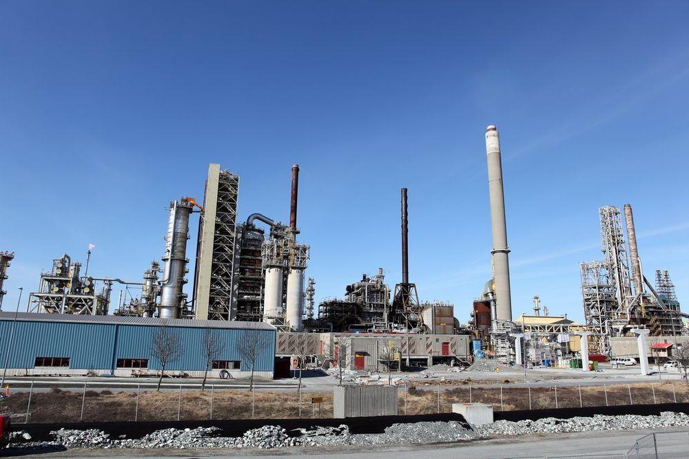 Mongstad: Statoil er nå eneste eier av raffineriet på Mongstad. Statoil er samtidig ute av Shells Pernis-raffineri i Nederland.