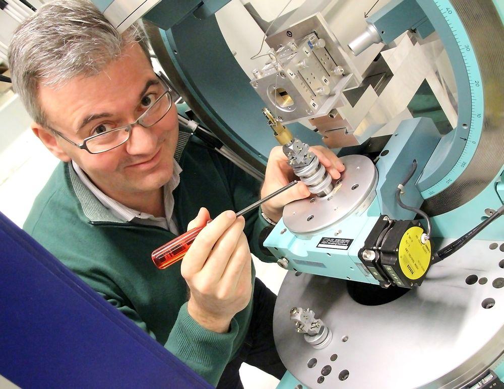 Førsteamanuensis Dag Werner Breiby ved NTNU har sett på oppbyggingen av den semimetalliske plasten ved hjelp av røntgen.