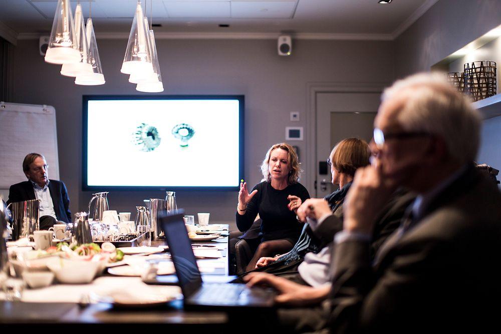 Under prisutdelingen på Grand Hotel den 6. februar skal det deles ut en teknologilederpris, samt en hederspris. Her er Liv Kari Hansteen (RIF) og andre jurymedlemmer under fjorårets juryering av Ingeniørbragden.