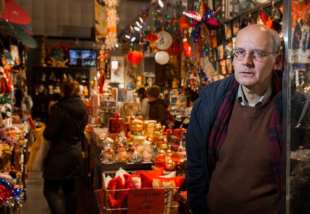 På Oslo City er butikkvinduene fulle av ting vi ikke trenger, men som vi kjøper likevel. Filosofiprofessor og klimadebattant Arne Johan Vetlesen mener at vårt skyhøye forbruk er hovedårsaken til klimakrisen.