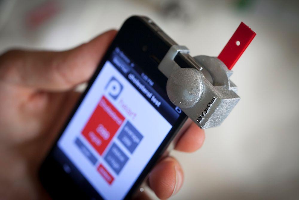 Ved å føre en bloddråpe over på den røde stripsen vist på bildet, skal smarttelefonen kunne måle kolesterolnivået ditt.