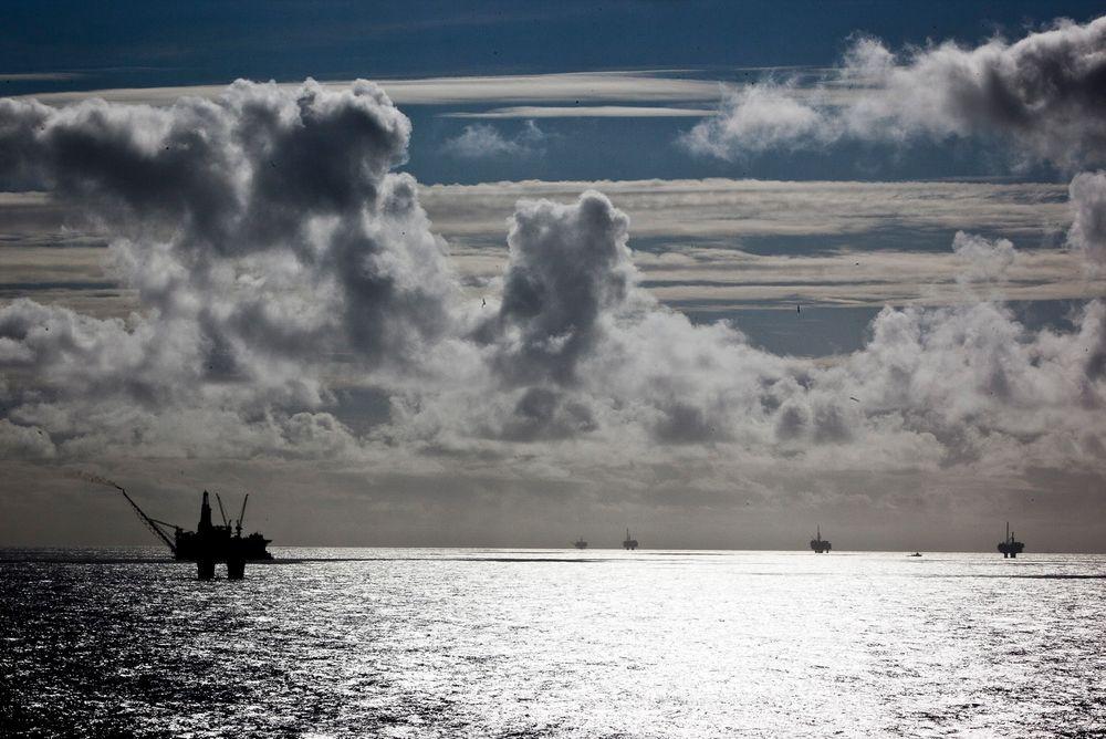 Driften på Statfjord C (til venstre) er stanset etter en oljelekkasje.
