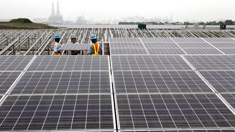 Arbeidere er i ferd med å sette opp et solcellepanel på et kraftverk i Japan. Solcellepaneler fra Kina har skapt problemer på det europeiske markedet, men nå vil EU rydde opp.