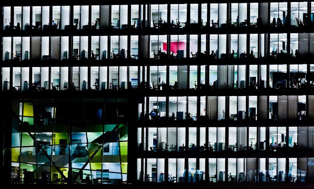 En av tre mener at de blir i stor grad mer produktive hvis de sitter i nærheten av sjefen, viser en svensk undersøkelse.