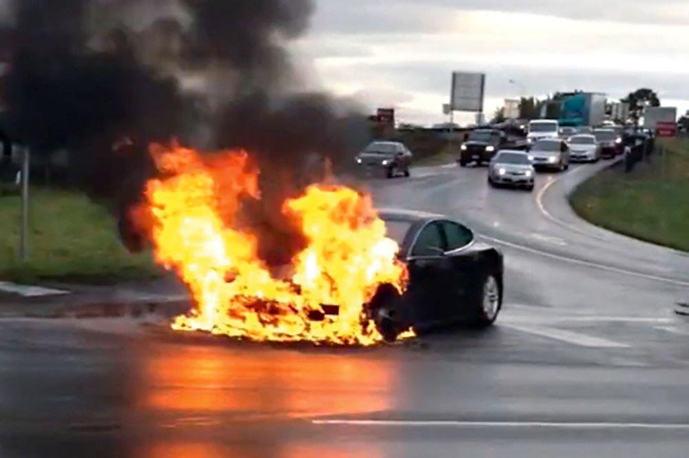 Tok fyr: I begynnelsen av oktober tok en Tesla modell S fyr utenfor Seattle. Brannvesenet hadde store problemer med å få kontroll over brannen. Selv om elbilbrannene er få, er de vanskelig å slukke.