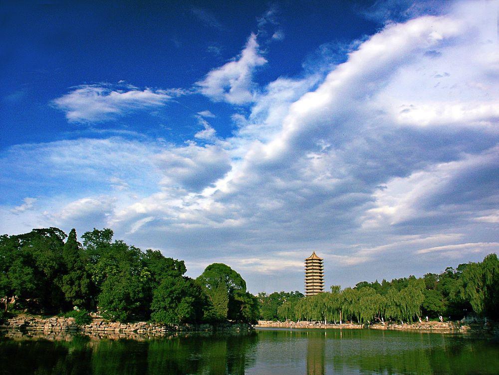 Peking Universityi Beijing er det beste universitet, ifølge en ny kåring. På bildet ses innsjøen på et av universitetets campus.