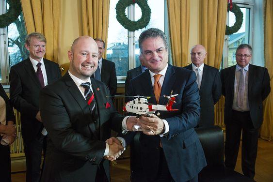 Justis- og beredskapsminister Anders Anundsen og toppsjef i selskapet AgustaWestland, Daniele Romiti signerte torsdag kontrakt om levering av 16 nye redningshelikoptre til Norge.