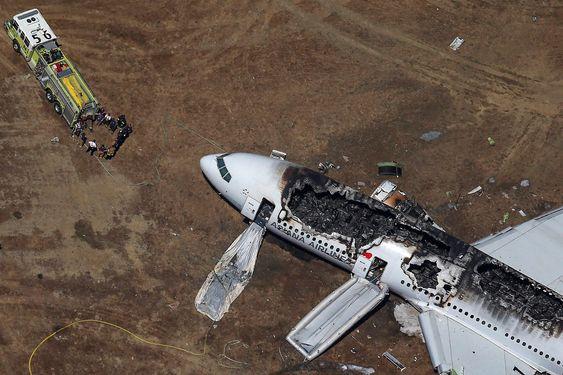 Redningspersonell ankommer Asiana Airlines Boeing 777-fly etter krasjlandingen på San Francisco International Airport 6. juli. To personer døde og 130 andre passasjerer ble skadet i ulykken. FOTO: REUTERS