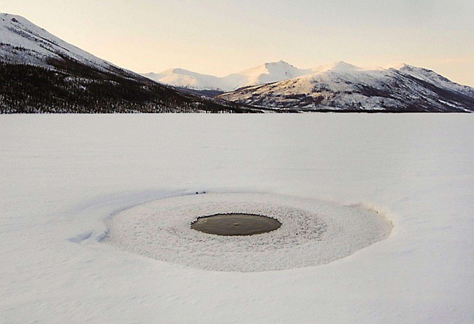 Russiske og amerikanske forskere har nå målt langt høyere utslipp av metangass fra havbunnen i Østsibirhavet enn tildligere. På bildet slipper metangass ut gjennom et smeltehull i en innsjø i Alaska.