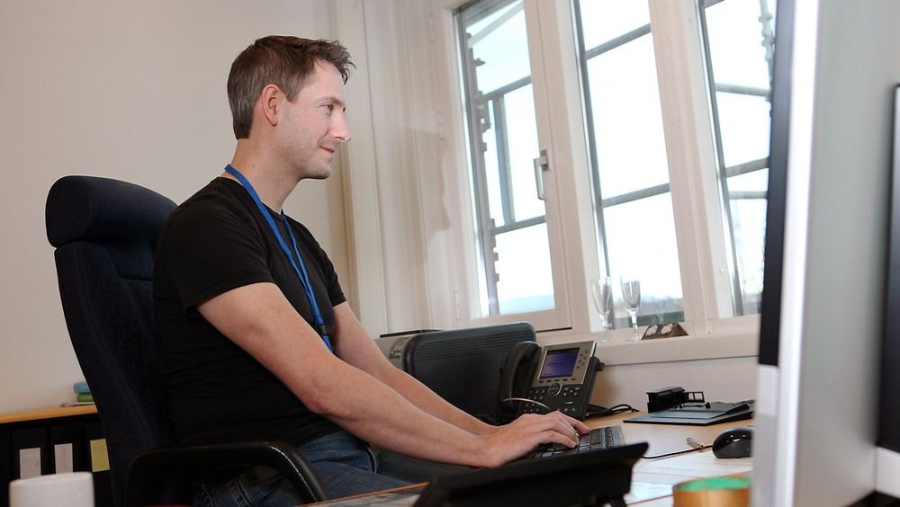 SJEFHACKER: Lars-Erik Bråtveit er sertifisert etisk hacker og teknisk leder for Datametrix i Bergen.  - Når jeg ansetter folk ser etter folk som elsker det de gjør og brenner for fagområdet sitt. Hvis dette nesten er hobbyen deres vet jeg at de er oppdaterte, sier han.