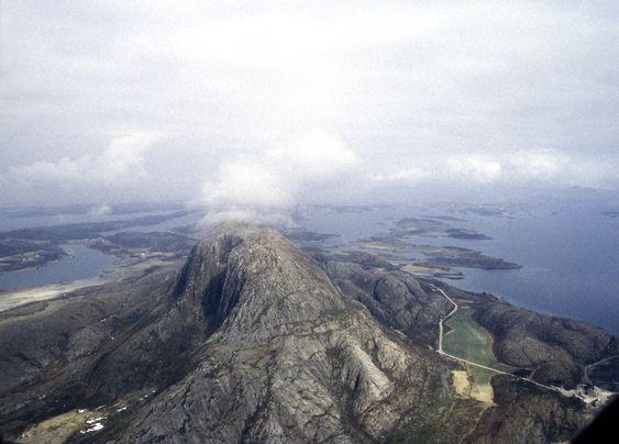 En Dash-7 fra Widerøe styrtet i fjellsiden ved Torghatten 6. mai 1988. 36 mennesker omkom. Forholdene var så vanskelige at bare fjellklatrere kunne nå frem til de omkomne på forsvarlig vis.