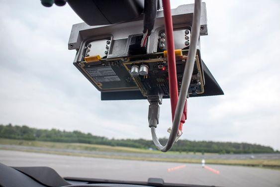 Stereokamera: Bosch har utviklet et nytte stereokamera som ser fremover og måler avstander svært nøyaktig. Det vil bli plassert bak ryggespeilet slik at det ikke er vi veien og vil gi nye elektroniske sikkerhetssystemer viktig informasjon
