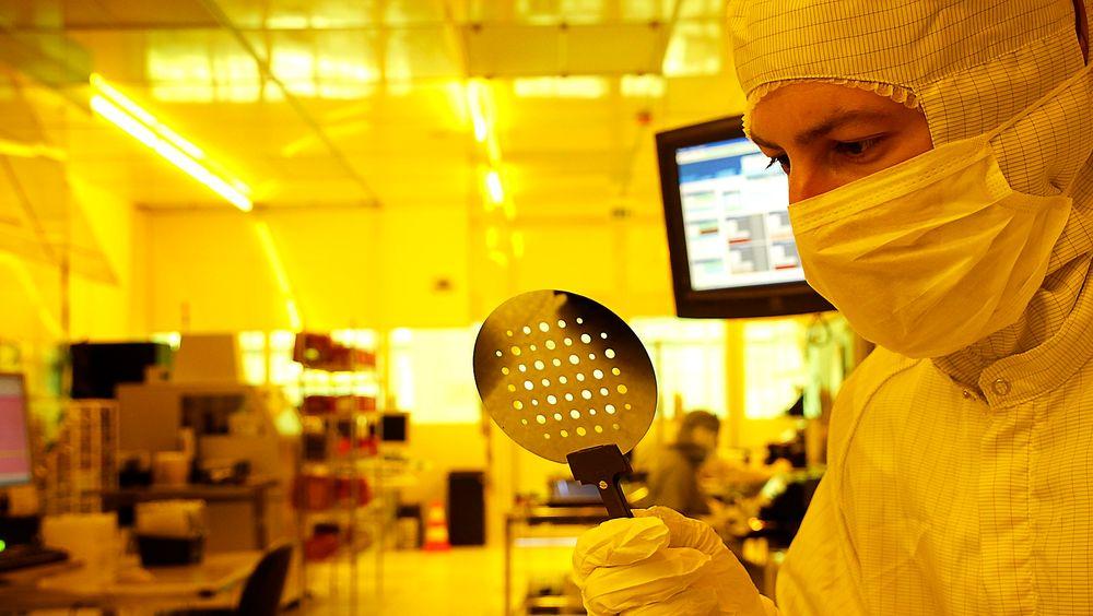Forsker Matthieu Lacolle med silisiumskiven som er råstoffet for framstillinga av den nye sensoren som gir mikrofoner superhørsel.
