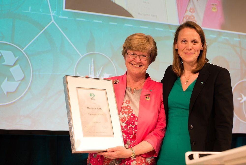 Æresmedlem: Marianne Harg som har vært president i Tekna i åtte år, ble tildelt æresmedlemskap i Tekna under R-møtet i Bergen. Til høyre påtroppende president og professor Lise Lyngsnes Randeberg. Foto: Tekna
