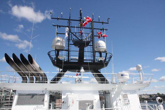 Topp: Navigasjons- og kommunikasjonsantenner og utstyr på Island Crown.