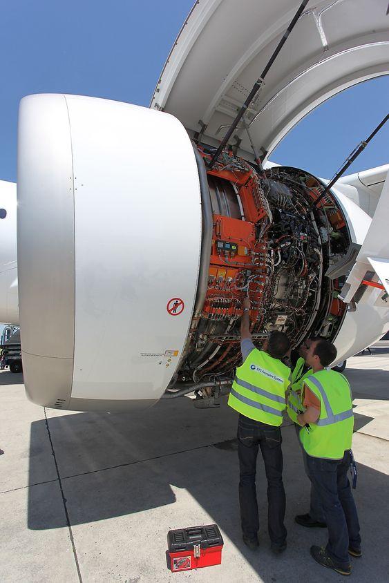 Ingeniører fra UTC Aerospace Systems jobber på den ene av MSN-001s to Rolls-Royce Trent XWB-motorer.