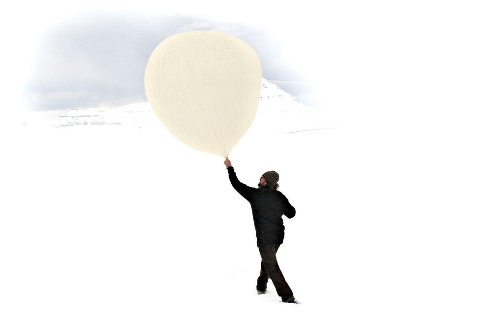 Samler viktig data: Værballonger slippes hver tredje time fra en forskningsstasjon i Ny-Ålesund på  Svalbard. Foto: Bjørn-Owe Holmberg / Samfoto/Scanpix