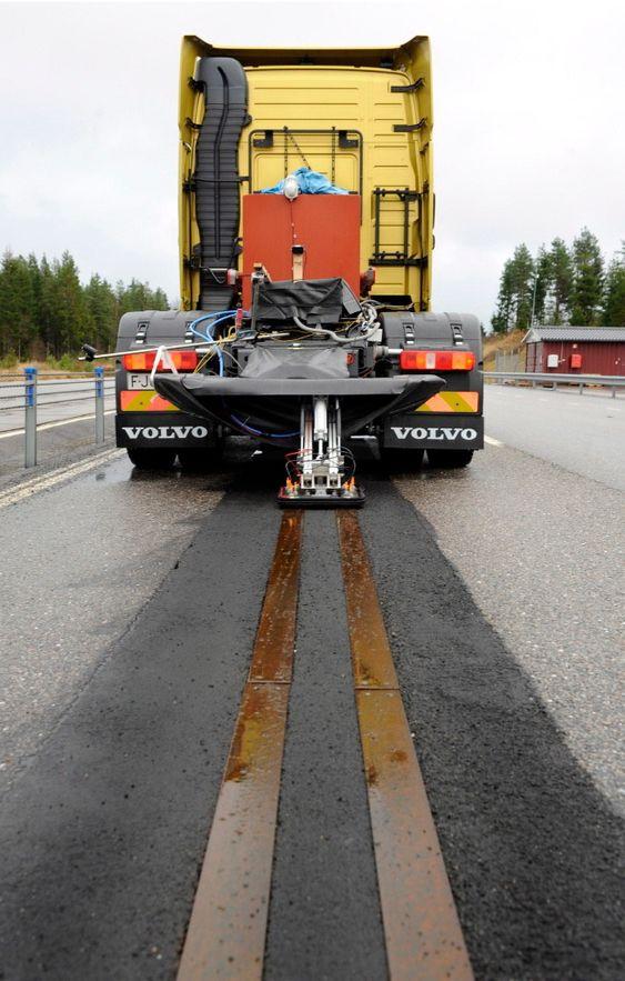 Volvo prøvekjører strømskinner i veien ved testanlegget iHällered.