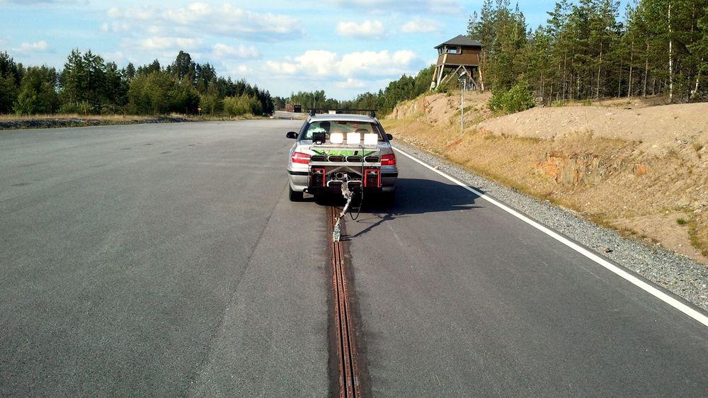 Elways-konseptet kobler bilen til veien med en strømskinne. Den lader bilen under kjøring.
