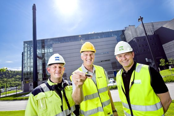 HÅPEFULLE: Oppfinner Knut Henriksen holder her isolerglass, et produkt man kan få ved å smelte filterstøv fra søppelforbrenningsanlegg som Returkraft (fabrikken i bakgrunnen). Isolasjonsmaterialet kan brukes til vei- og jernbanebygging og gjør at man slipper å deponere filterstøvet. Her flankert av administrerende direktør Odd Terje Døvik i Returkraft (t.h.) og Jostein Mosby, drifts- og vedlikeholdssjef i det samme selskapet.