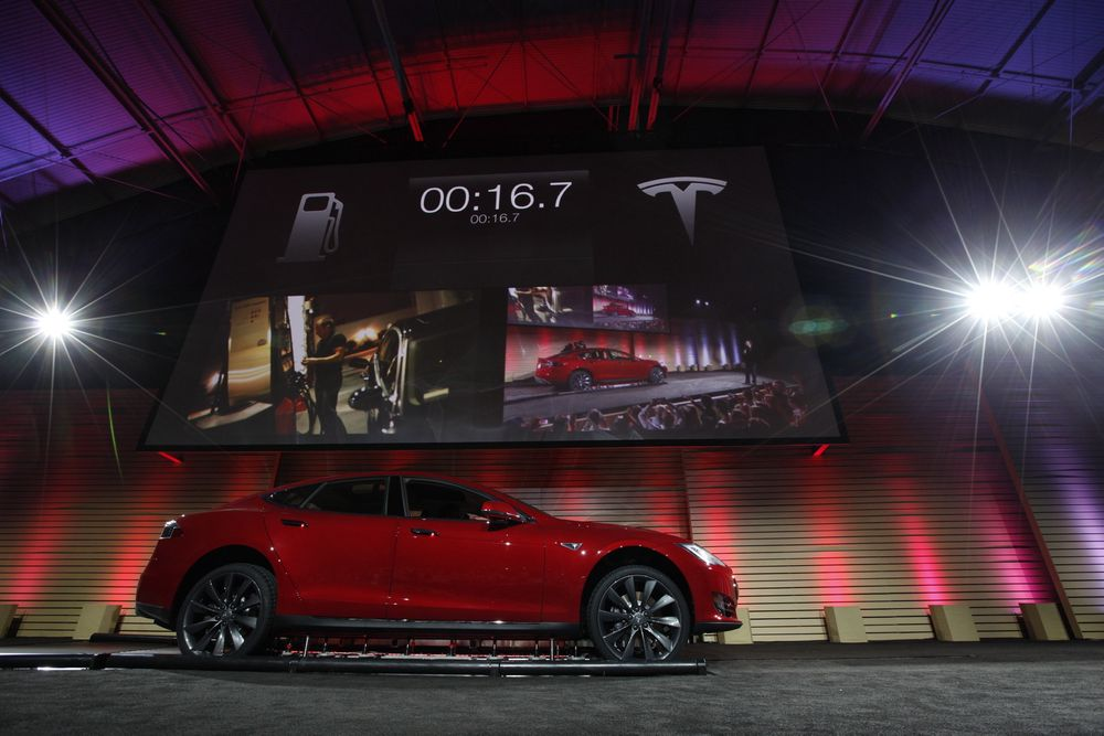 Tesla Motors demonstrerer sitt system for automatisk hurtig batteribytte på Model S på en pressekonferanse i Hawthorne, California torsdag.