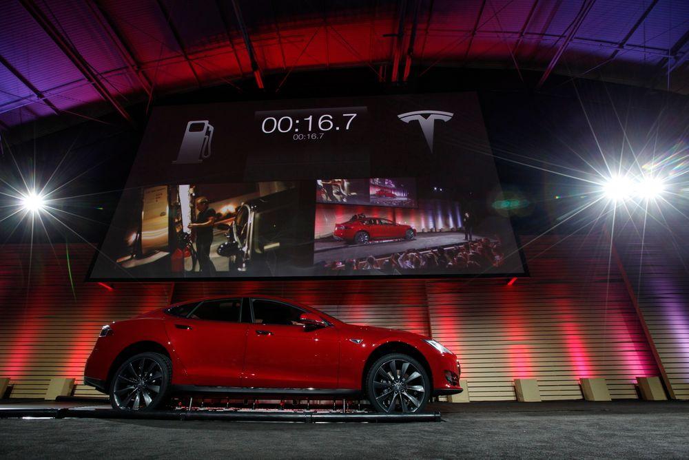 Tesla Motors demonstrerte sitt system for automatisk hurtig batteribytte på Model S på en pressekonferanse i Hawthorne, California i juni 2013.