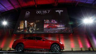 Nå åpner Teslas første batteribytte-stasjon