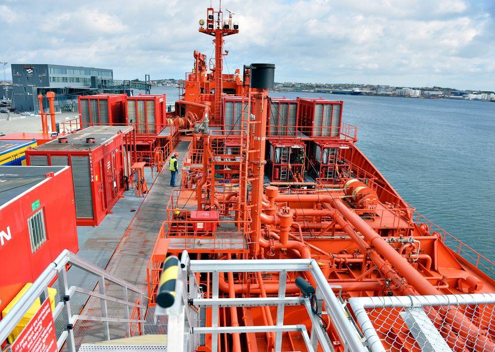 Brønnstimulering: Tankbåten Siri Knutsen er ombygd for å kunne injisere store mengder natriumsilikat i Snorre-reservoaret.
