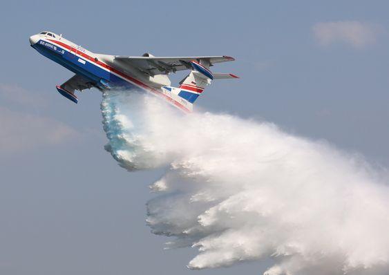 Be-200ES kan droppe 12.000 liter vann for å slukke skogbranner.