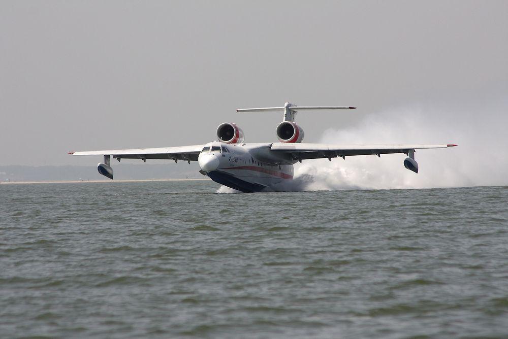 Her deltar et Be-200ES brannfly under slokking av skogbranner i 2010.