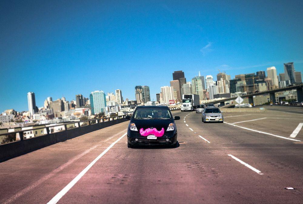Selskapet Lyfts rosa barter er blitt selve symbolet på de nye «piratene». I motsetning til i en vanlig drosje sitter passasjerene foran i bilen, de hilser sjåføren med et knyttnevedunk og donerer et anbefalt beløp ved slutten av turen.