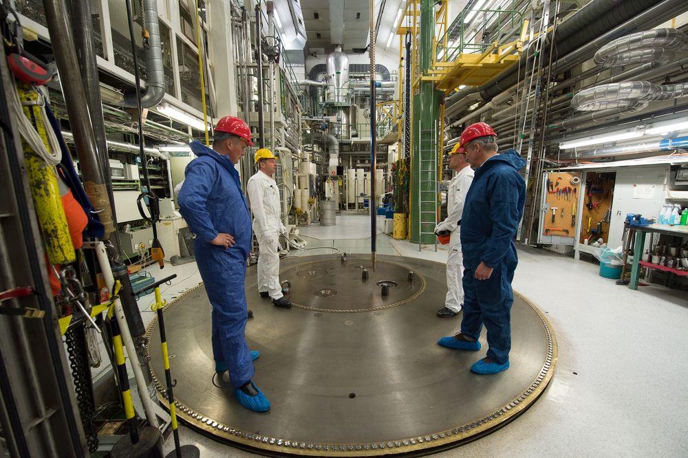 Fra Haldenreaktoren under installeringen av testriggen som inneholder Thor Energys patenterte thoriumbrensel. – Vi har nå strøm fra thorium og er med på å skrive historien om dette, sier daglig leder Øystein Asphjell i Thor Energy (t.v.). Foto: Torbjørn Tandberg/Thor Energy