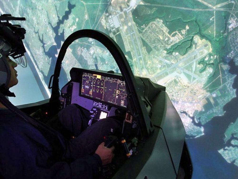Før pilotene skal utføre komplekse manøvre med F-35, vil de få gjennomgående trening i høyteknologiske simulatormiljø. Minst 40 prosent av treningstiden for fremtidens jagerflygere vil foregå i simulator.