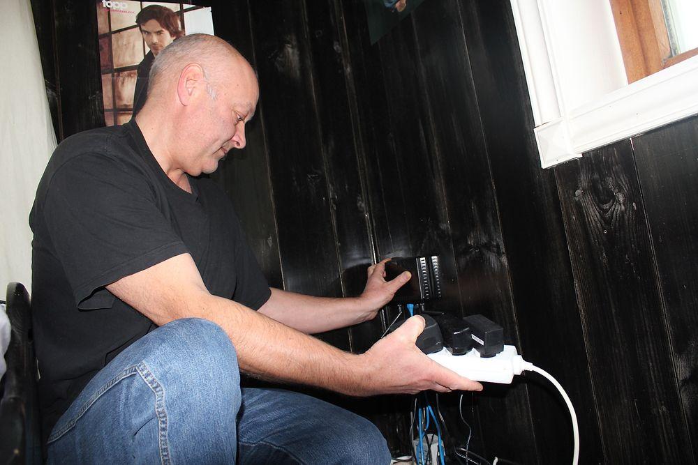 SJU ÅRS JAKT PÅ ÅRSAKEN: Lars Farkas i Hellandsbygd opplever å miste elektronisk utstyr støtt og stadig. Splitter nye vaskemaskiner, stereoanlegg og varmepumpe har gått med. - Dårlig nett har skylden, sier Farkas. Foto: Vidar Eliassen.