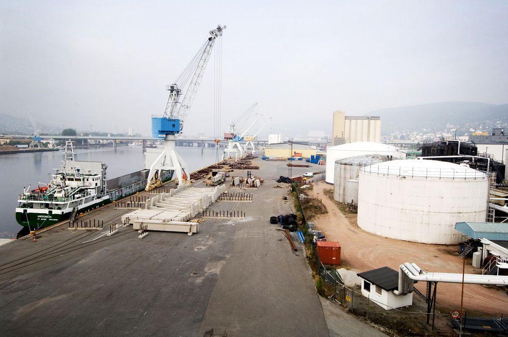 Mer godstransport på havet vil direkte føre til lavere utgifter til veivedlikehold, mener samferdselsministeren.