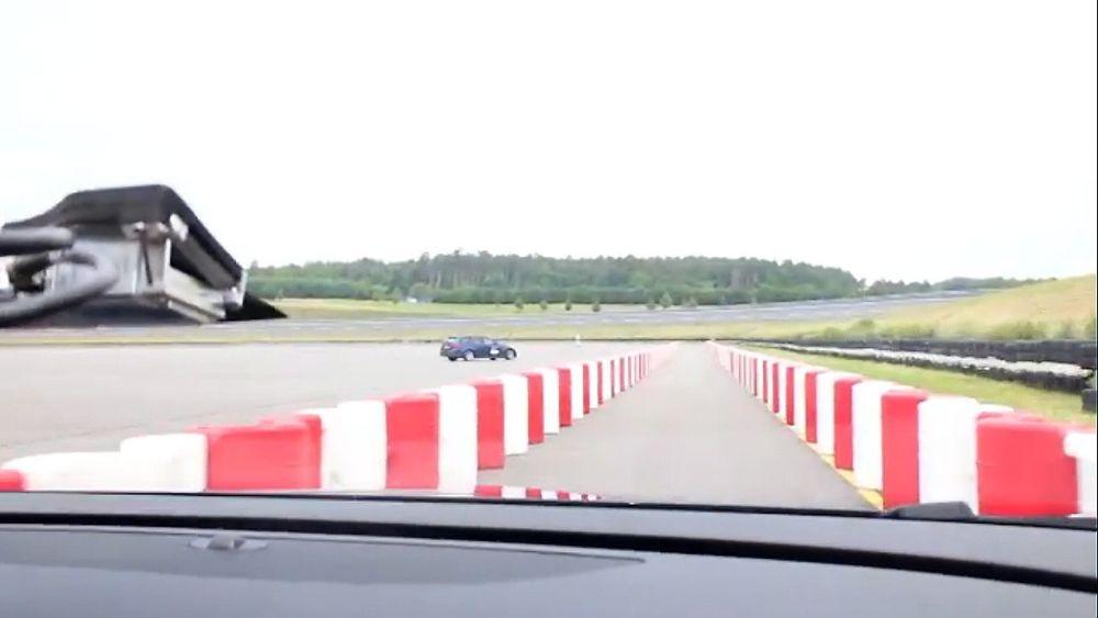 Se bilen styre selv gjennom veiarbeidet