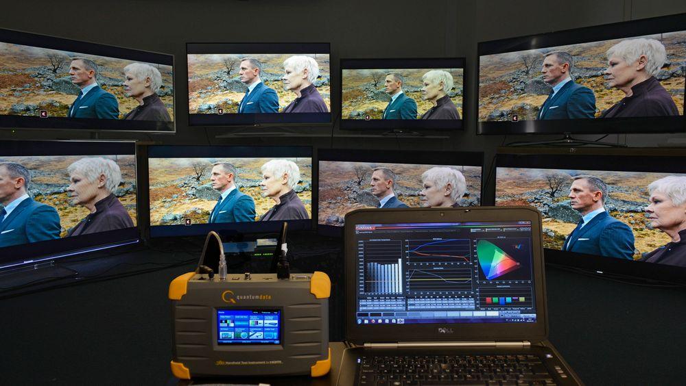 I denne testen har vi lånt 11 tv-apparater og satt dem opp i to rader. Øverst står de enklere modellene, mens nederst de mer eksklusive fra samme produsent (test kommer senere). Som bildekilde har vi benyttet en testbildegenerator fra Quantum Data sammen med programmet Calman 5. Som sensor har vi brukt Spectracal C6.