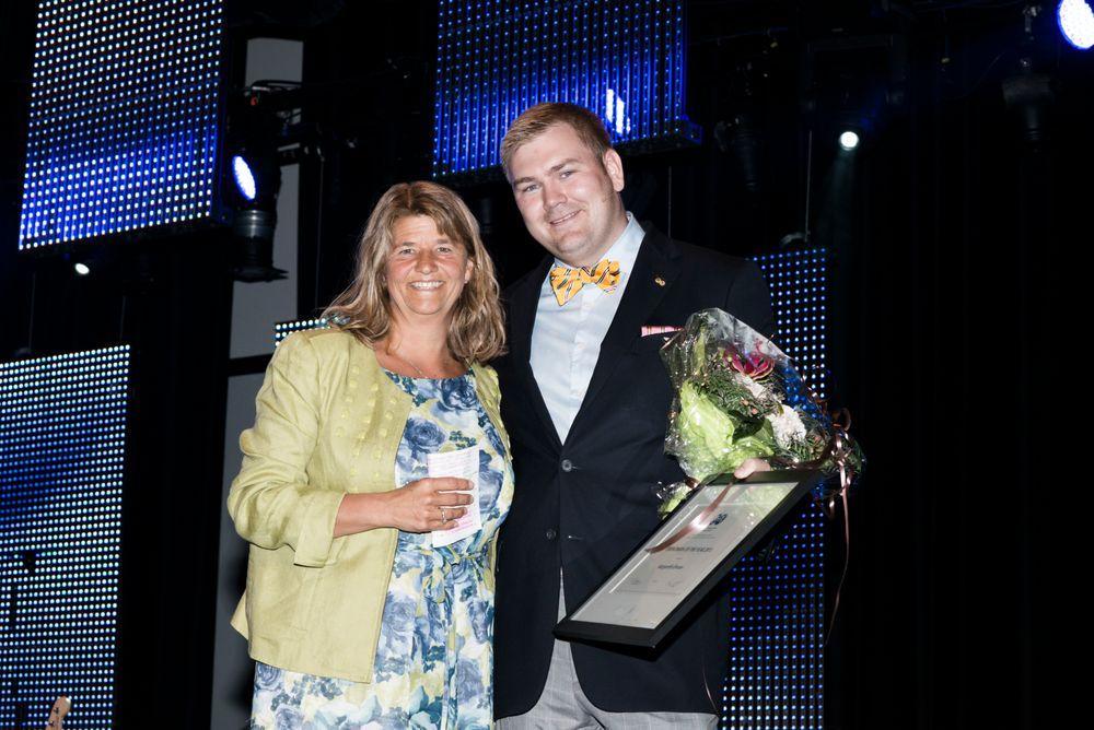 Oljekvinne: Statoils Margareth Ørvum fikk prisen av leder av SPE Stavanger, Hein Andre Langaker.