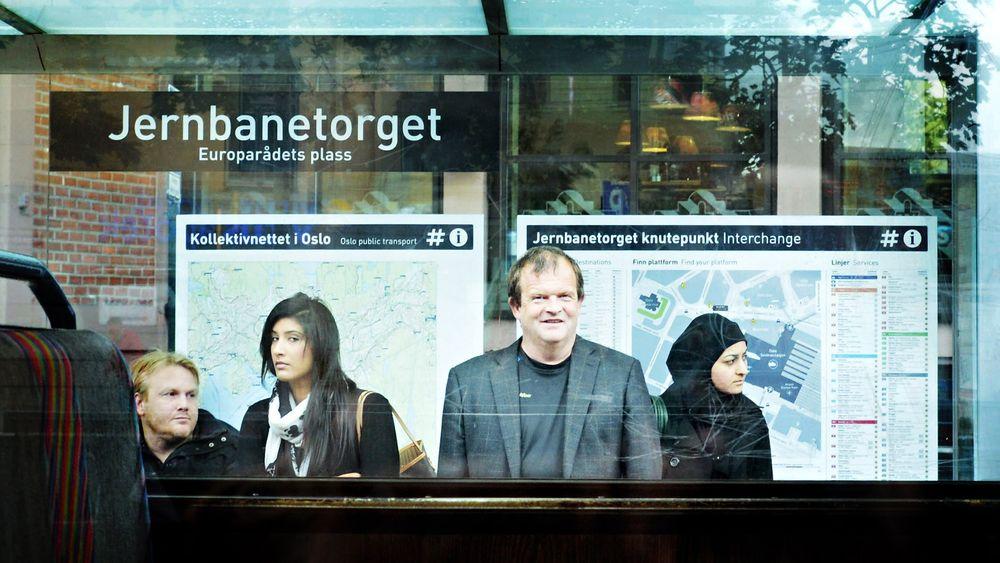 Terje Grytbakk, fotografert fra trikken, ventende på en holdeplass symboliserer godt jobben han har fått: Finn en måte å mangedoble kapasiteten til kollektivtrafikken på.