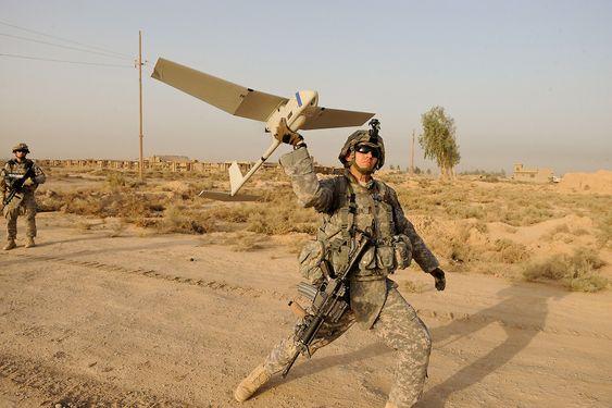 """For tre år siden anskaffet Forsvaret det de selv kaller """"minidroner"""" av typen Raven B til bruk i Afghanistan. Her er en RQ-11, produsert av Aerovironment, i ferd med å settes i lufta av en amerikansk soldat i Irak i 2009."""